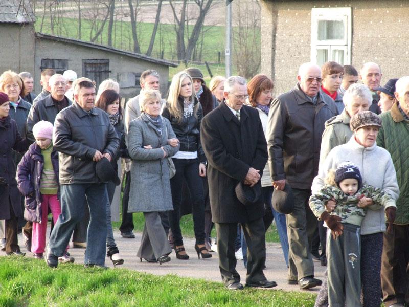 Droga krzyżowa ulicami Trzciannego i Zucielca, odcinek między VII i VIII stacją - Niedziela Palmowa (2011-04-17) - Ł. A. Wejda