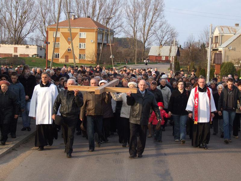 Droga krzyżowa ulicami Trzciannego i Zucielca, odcinek między VIII i IX stacją - Niedziela Palmowa (2011-04-17) - Ł. A. Wejda