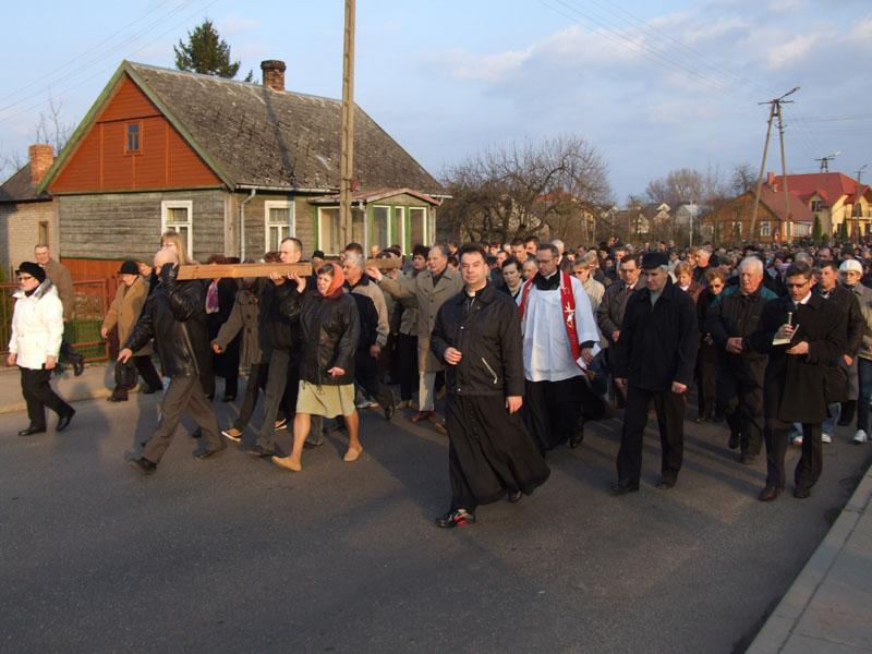 Droga krzyżowa ulicami Trzciannego i Zucielca, odcinek między XI i XII stacją - Niedziela Palmowa (2011-04-17) - Ł. A. Wejda