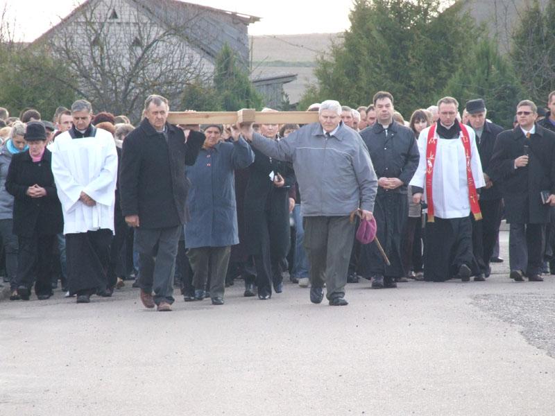 Droga krzyżowa ulicami Trzciannego i Zucielca, odcinek między III i IV stacją - Niedziela Palmowa (2011-04-17) - Ł. A. Wejda
