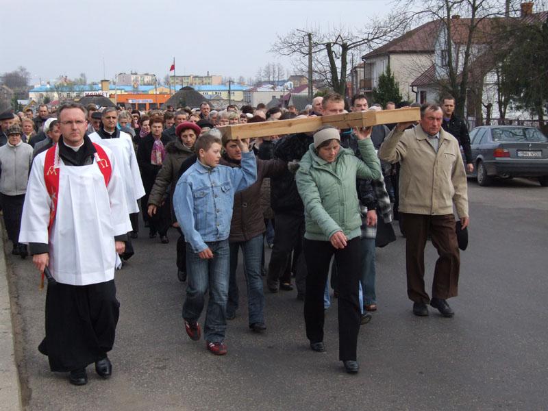 Droga krzyżowa ulicami Trzciannego i Zucielca, odcinek między I i II stacją - Niedziela Palmowa (2011-04-17) - Ł. A. Wejda