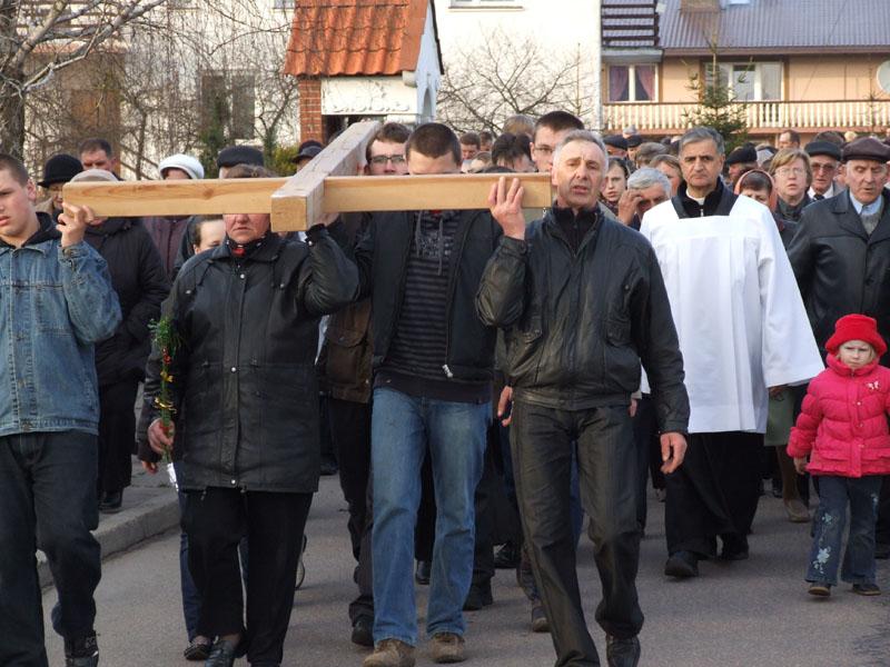 Droga krzyżowa ulicami Trzciannego i Zucielca, odcinek między IX i X stacją - Niedziela Palmowa (2011-04-17) - Ł. A. Wejda