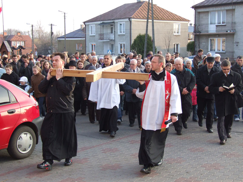 Droga krzyżowa ulicami Trzciannego i Zucielca, powrót do kościoła - Niedziela Palmowa (2011-04-17)  - Ł. A. Wejda