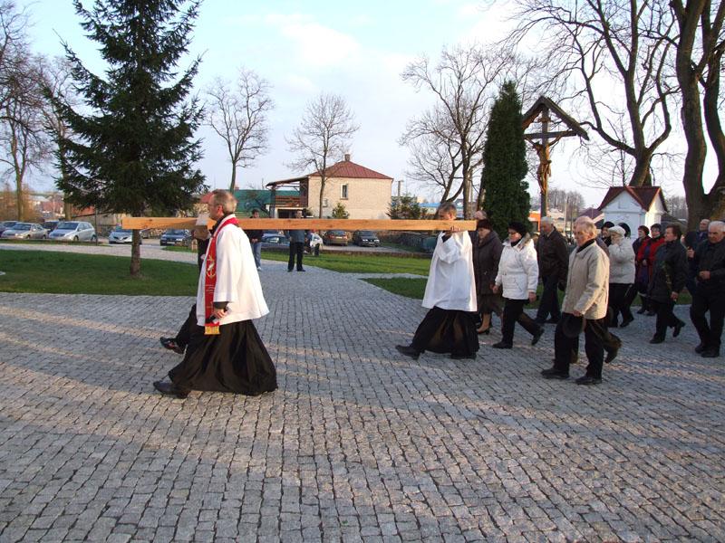 Droga krzyżowa ulicami Trzciannego i Zucielca, dziedziniec kościoła - Niedziela Palmowa (2011-04-17)  - Ł. A. Wejda